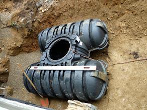 Photo: wieder hin und ins Splittbett gelegt, dabei noch Wasser reingelassen dass der Tank gut fest liegt.