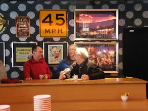 Photo: De gids Hans Geurts van vandaag in gesprek met de beheerder van Maasduinen en Wiel Diels (gids/penningmeester)