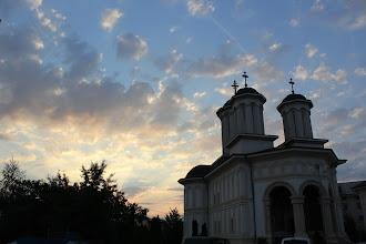 """Photo: Катедралният храм """"Успение на Пресвета Богородица"""" в Букурещ."""