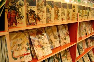 Photo: Des mangas pour adultes ... et WTF DBAF qu'est-ce que ça fout là ?
