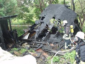 Photo: 1. Brand 18.06.2011, 2. Brand 18.07.2012 Das Gartenhaus war schon nach dem ersten Brand zerstört.