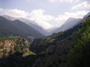 Photo: Στο βάθος της χαράδρας δεξιά διακρίνεται η κορυφή του Παρνασσού λιάκουρα 2.460μ