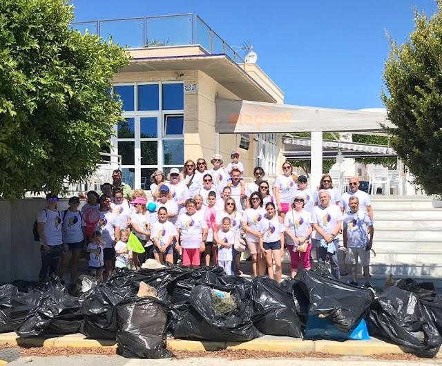 Integrantes de la asociación y participantes junto a parte de los residuos recogidos.