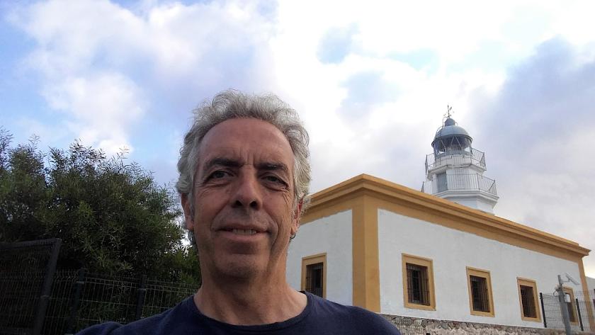 Mario Sanz junto al faro de Mesa Roldán.