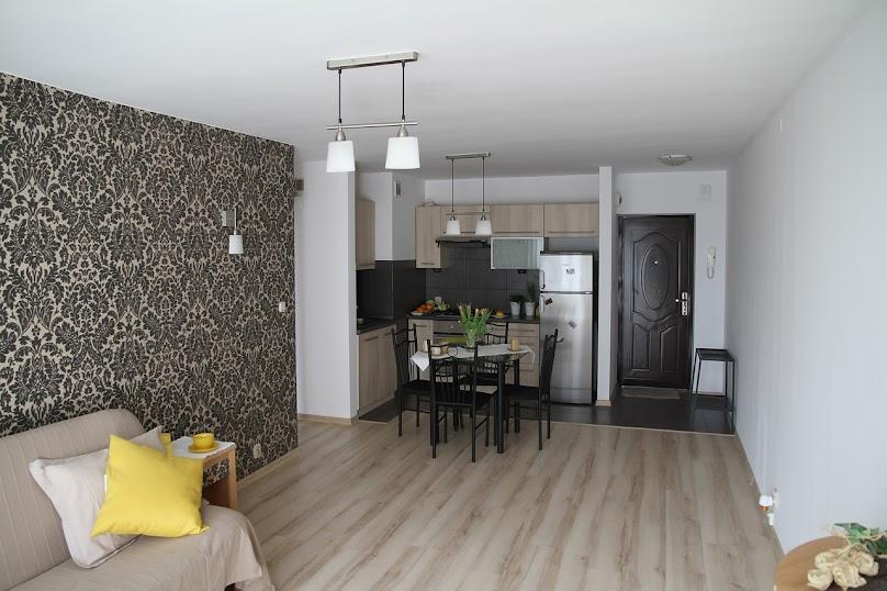 W salonie z aneksem należy zwrócić uwagę, by część kuchenna była oświetlona światłem naturalnym.