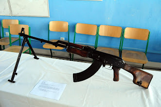 Photo: Lehký kulomet RPK.Konstruktérem zbraně byl nechvalně známý Michail Kalašnikov.Tento kulomet je jen upravený dobře známý samopal AK-47 (AKM), má delší, mohutnější hlaveň, dvojnožku, robustnější pažbu a větší kapacitu zásobníku. Byl zaveden do výzbroje v 60. letech jako náhrada kulometu RPD, nedlouho po zavedení samopalu AK-47. Účinný dostřel zbraně byl až 1 kilometr. Později, v 70. letech byla do výzbroje zařazena zmodernizovaná verze RPK-74 jakožto varianta útočné pušky AK-74. Během studené války se dostal do výzbroje bulharské nebo jugoslávské armády, ale například i do některých afrických zemí a do rukou teroristů. Autor popisku - Štěpán Pravda, student 2. A.