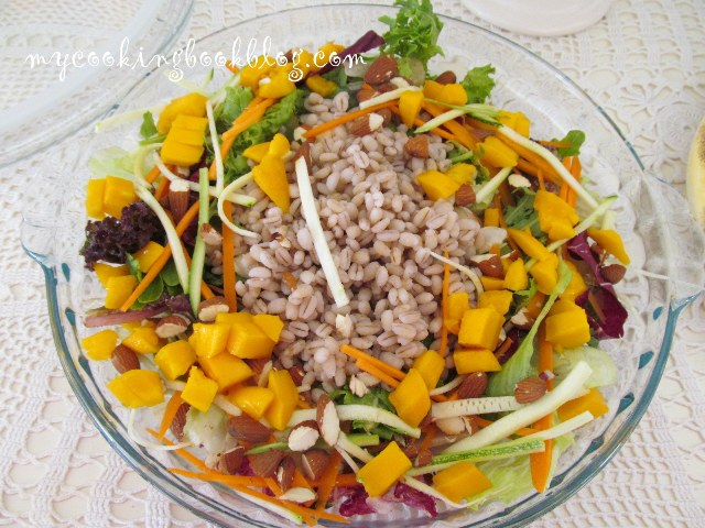 Супер салата сперлена пшеница, манго, тиквички и моркови
