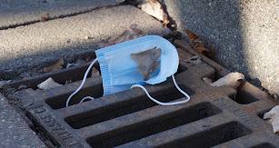 Cada vez es más común encontrar mascarillas tiradas en la calle.