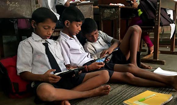 Estudiantes que utilizan tablets para acceder a los materiales de aprendizaje.
