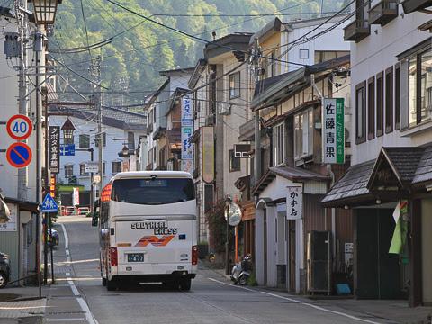 南海バス「サザンクロス」長野線 ・477 野沢温泉街を走行