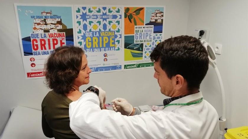 Vacunarse de la gripe es ahora más importante que nunca, dicen los expertos.