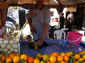 Photo: Pris un jus d'orange à 0,40€ pressé devant toi (mais pour les locaux c'est 0,20€ )