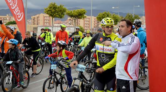 Las familias almerienses recorren la ciudad en el Día de la Bicicleta