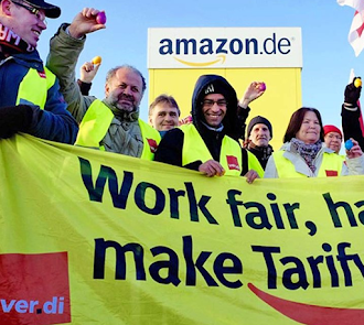 Streikende verdi-Kolleginnen und Kollegen. Transparent: «Work fair … make Tarifvertrag! ver.di».