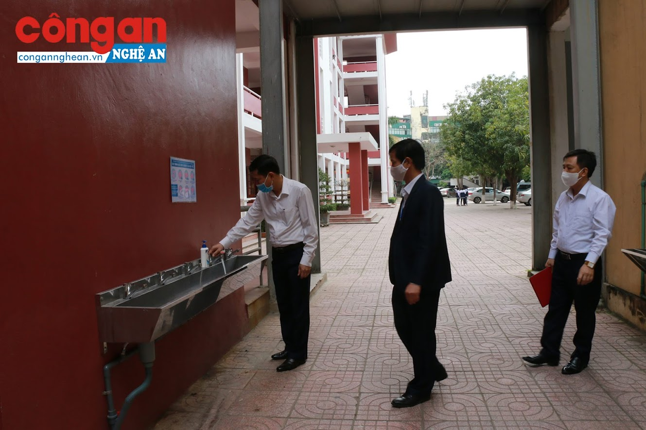 Hệ thống nước rửa tay được các nhà trường trang bị cho học sinh trước khi vào lớp
