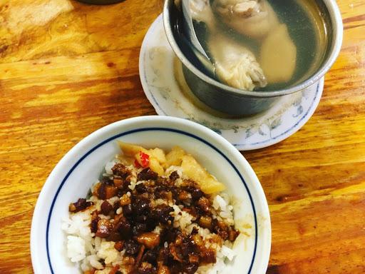 ミニ魯肉飯と生姜あさり鶏スープ。ちょっと食べられるのがいいなあ