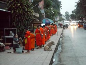 Photo: morgendlicher Almosengang der Mönche, Luang Prabang