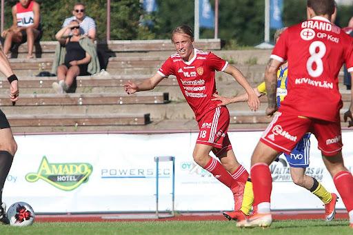 Eino-Iivari Pitkälä on tuonut läpi kauden penkiltä vaarallisuutta FC Jazzin hyökkäyksiin. Kuva: Urheilusuomi.com