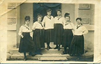 Photo: Maria - siostra H.Mullera - pierwsza z lewej przed Lieum Sióstr Urszulanek w Rybniku
