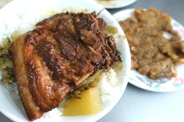 老牌黃燉肉飯‧西門町裡逼近肉醬的大片軟嫩燉肉~原味滷汁白飯配油豆腐的單純美味!!!!