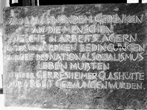 Gedenktafel: «Zum mahnendem Gedenken an die Menschen, welche in Arbeitslagern unter unwürdigen Bedingungen zur Zeit des Nationalsozialismus leben mußten und in der Gerresheimer Glashütte zur Arbeit gezwungen wurden.».