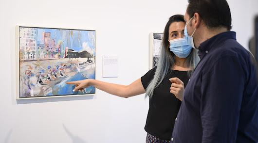 Pasado y presente se unen en la exposición 'Azules y Rojos', de Elvira Martos