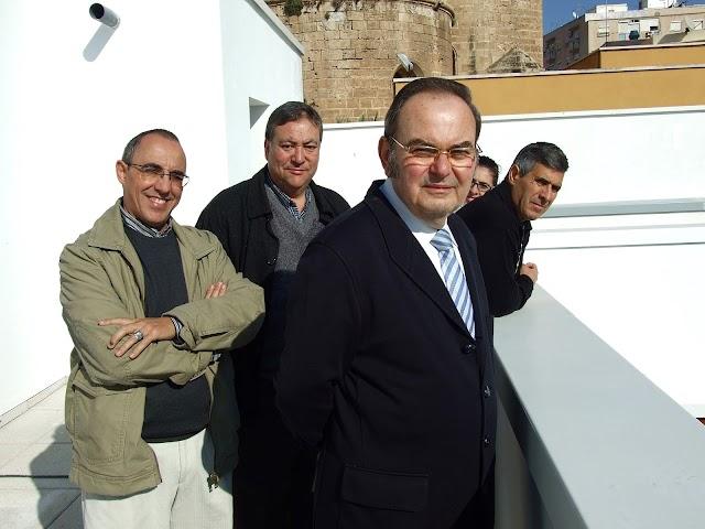 En la azotea del palacio de los Puche y como fondo la Catedral de Almería.