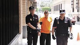 El acusado sale de los antiguos juzgados de la calle Gerona de Almería en 2010