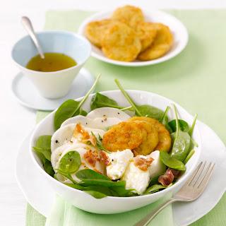 Frühlingssalat mit gerösteten Semmelknödelscheiben