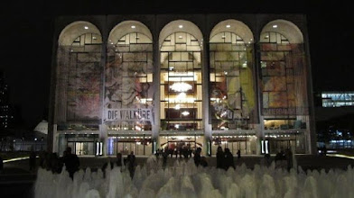 "Photo: Die METROPOLITAN OPERA NEW YORK - Vorderfront. Foto: Dr. Klaus Billand. Fotos aus der ""Ring""-Produktion im Album ""Der Ring des Nibelungen - 3""."