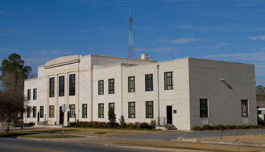 Photo: Not a particularly attractive building, but it is the courthouse and that's important. If we want to include a photo of the courthouse, I would recommend going with one or both of the next two photos.