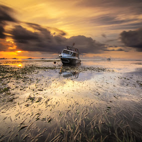sunshine day by I Made  Sukarnawan - Landscapes Beaches ( clouds, water, bali, art, wallpaper, backround, beach, boat, morning, paradise, people, beach wallpaper, picture, sunset, sunrise, good wallpaper )