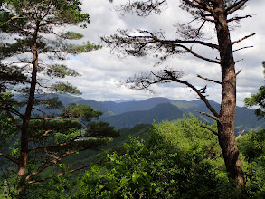 左手に景色を見ながら登る(中央奥に迷岳)