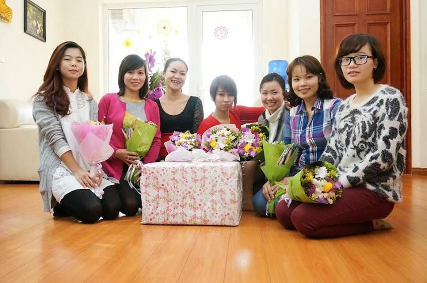 (Chị em hạnh phúc nhận hoa và quà tặng)