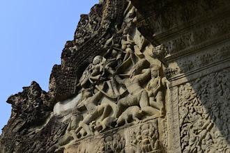 Photo: 13- Tout sur les temples d'Angkor est symbole, et se réfère soit au roi, soit aux légendes fondatrices de la cosmogonie hindoue (le brahmanisme a été importé dès le Ier siècle).On retrouve cette tendance à la profusion florale et aux récits épiques, militaires ou légendaires. Notez la restauration au ciment, assez grossière. Il revient aux Français le mérite d'avoir découvert Angkor et d'avoir entrepris sa restauration, faisant de ce site le plus fameux et le plus visité d'Asie du sud-est. Son classement par l'UNESCO est venu consacrer cette célébrité.