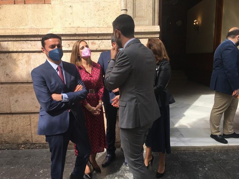 Javier A. García, Maribel Sánchez y Ramón Fernández-Pacheco charlan mientras esperan la llegada de los presidentes.