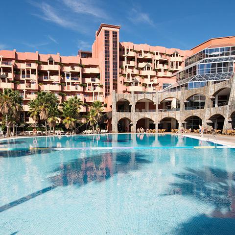 <h3>Holiday Polynesia</h3><p>Holiday Polynesia, un hotel cuatro estrellas todo incluido totalmente tematizado, que recrea el m&aacute;gico ambiente de las islas de la Polinesia.</p>