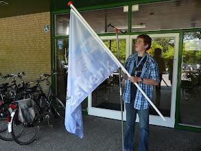 Photo: Met behulp van de handystick gaat de vlag omhoog