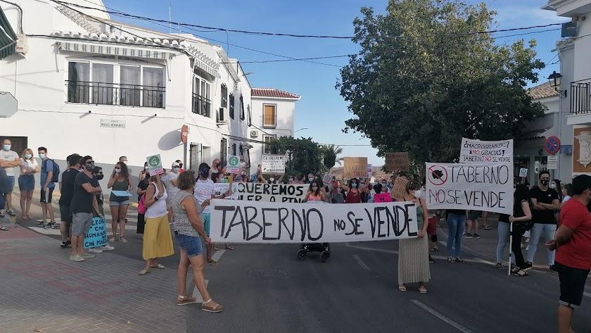 Manifestación contra la macrogranja, este miércoles en Taberno.
