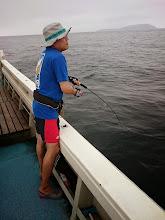 """Photo: ここ最近、青物ヒットするも船の上まで上がってこない""""こいとさん""""、今日は早々にフィーッシュ!"""