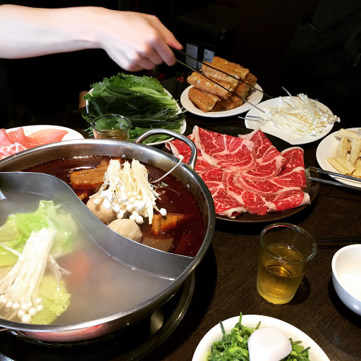 午餐時段來吃了太和殿,鴨血豆腐鍋底很不錯,豬肉和雪花牛的肉質都很好,只是太和丸好像沒有很特殊,覺得老四川的湯頭還是更有特色~