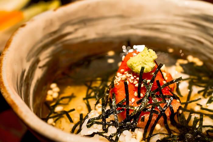 茶泡飯在日本人的飲食中也常出現,自己在家做比起煮粥也要來得更輕鬆。明太子這時候更是畫龍點睛的角色,能作為打開味蕾的前鋒,讓大家更能品味到湯汁、米飯的鮮味及甜味。