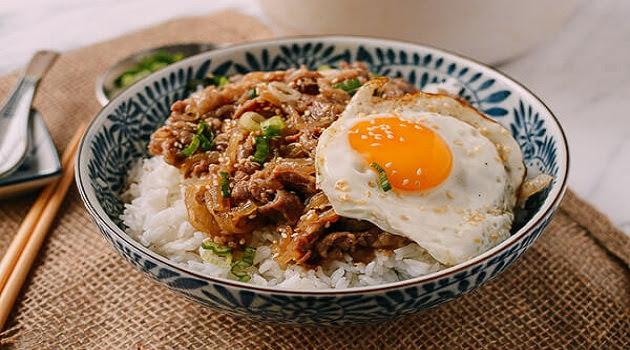 Cách làm cơm thịt bò xào hành tây kiểu Nhật (Gyudon) cực hấp dẫn