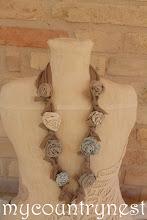 Photo: collana con rose beige e azzurra