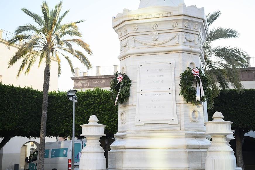 Coronas de flores en el Monumento a Los Colaraos.