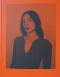portret van een vrouw in oranje-rood en zwart