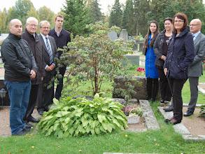 Photo: Miinan ja Pransun haudalla Niclis Pylsy, Kauko Autio, Panu Rajala, Jouni Ovaska, Vilja Pylsy, Tarja Hätönen, Antero Alenius ja Marja Norha.