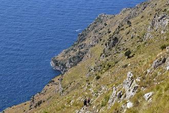 Photo: Escursionisti si dirigono verso il crinale di San Costanzo per Punta Campanella
