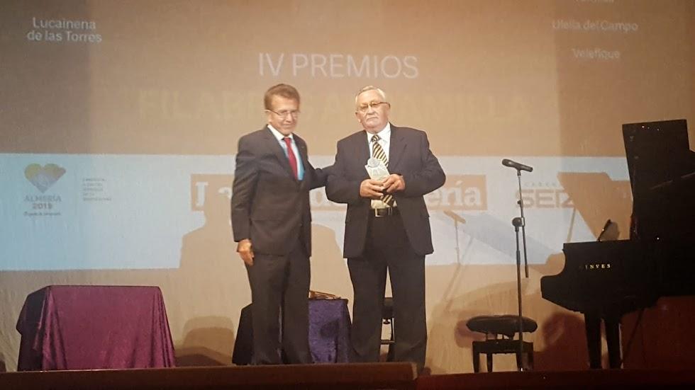 Elías Sánchez Latorre recoge el premio Cultura para el Grupo de Moros y Cristianos de Alcudia de Monteagud.