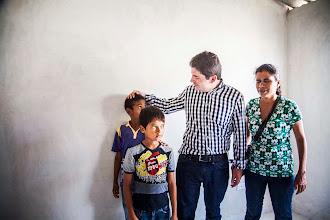"""Photo: """"Hoy me embarga la felicidad de verlos a todos ustedes entrar a sus casas para que puedan vivir dignamente como todo ser humano se lo merece, bajo un techo digno, y por eso en el Ministerio estamos trabajando en todos los rincones del territorio nacional, para hacer de Colombia un país más justo"""", les dijo el Ministro de Vivienda, Luis Felipe Henao Cardona, a las 206 familias del municipio de Soledad, Atlántico, que comenzaron a trastearse a las viviendas que el pasado 22 de junio recibieron de manos del Presidente Santos, cuando les entregó los documentos que las acreditan como propietarias de 206 casas en la urbanización Nueva Esperanza y que hacen parte de las 100 mil viviendas gratis que se comprometió a  entregar el Gobierno Nacional."""